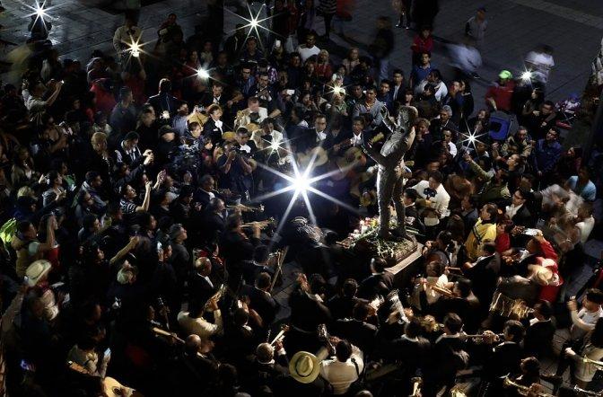 La muerte de Juan Gabriel, como sus canciones, une a México